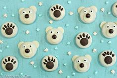 Polar Bear Oreo Cookies -- so cute, almost unbearable! - only takes a few minutes & a few ingredients to transform white chocolate-dipped cookies into cuddly polar bears or cute paw prints Dark Chocolate Candy, Chocolate Dipped Oreos, How To Make Chocolate, Chocolate Tarts, Chocolate Covered, White Chocolate, Bear Cookies, Oreo Cookies, Cookies Et Biscuits