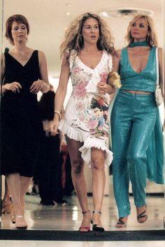 Sarah Jessica Parker Explains Why Carrie Bradshaw's Shoes Were Mismatched Samantha Jones, Carrie Bradshaw Estilo, Carrie Bradshaw Outfits, Patricia Field, Sarah Jessica Parker, Kristin Davis, Bold Fashion, Star Fashion, City Fashion