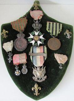 Diverses médailles militaires et Légion d honneur sur blason en