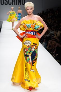 What makes Moschino different? Shop Moschino for women at Farfetch and look out for cocktail dresses and accessories that will leave a lasting impression. News Fashion, Pop Art Fashion, Colorful Fashion, Runway Fashion, High Fashion, Fashion Show, Womens Fashion, Fashion Design, Milan Fashion