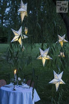 Mooi! Wel even een werkje om ze in elkaar te zetten... DIY Paper Star Lanterns and Free Cutting Files at Me and My DIY