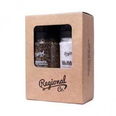 La tienda online de productos gourmet y delicatessen Érase un gourmet ofrece esta caja de 600 gramos de sal marina mediterránea y 300 gramos de pimienta negra casqueada, como regalo gourmet. Marca Regional Co.