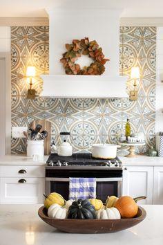 Kitchen Hoods, Old Kitchen, Kitchen Tiles, Kitchen Decor, Kitchen Appliances, Brick Tile Floor, Kitchen Window Sill, European Kitchens, Traditional Tile