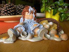 Cuqui...con cesta de huevos, rotos.. Pintada con acrílicos, y técnica de pincel seco..