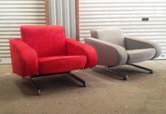 Twee grote, hippe design fauteuils te koop bekleed met stof. Ze hebben een mooi metalen / chromen onderstel met industriele uitstraling.De ene stoel is rood en de andere grijs (dun gestreept). Verkeren in een prima tweedehands staat. Stoelen hebben wat lichte gebruikerssporen maar kunnen nog een paar decennia mee! Echt een lust voor het oog in de huiskamer; twee forse, strakke lounge chairs.  Prijs: €300 voor de set