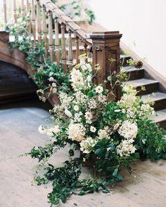 "Polubienia: 1,487, komentarze: 27 – Maz & Becca (@thegardengateflowerco) na Instagramie: ""Staircase flower thing! For Esther & Thady @enysweddings captured by our friends @taylorandporter…"""