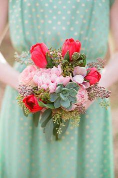 ► Ramo de la dama de honor con magníficos toques de color y vestido de lunares para un estilo de la boda relajado. #ramos #damas #honor #bodas