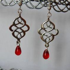 Boucles d'oreilles arabesques style celtique et gouttes rouges