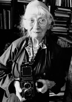 Imogen Cunningham ( 1883 – was an American photographer. incredible photographer of everything from botanical subjects to street photography. Photography Camera, Photography Tips, Street Photography, Portrait Photography, Straight Photography, Portrait Shots, Ellen Von Unwerth, Imogen Cunningham, Girls With Cameras