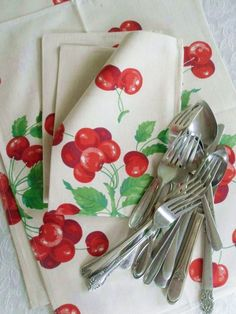 Vintage Cherry Napkins Heavy Cotton Napkins Fruit ~ from Etsy Cherry Kitchen Decor, Red Kitchen, Kitchen Ideas, Kitchen Ware, Kitchen Units, Kitchen Doors, Vintage Love, Retro Vintage, Vintage Stuff