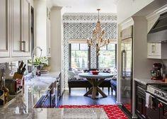 Una cocina preciosa dominada por un papel y una lámpara