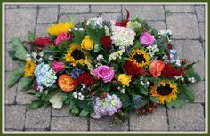 Mooie bestelling gekregen, een rouwstuk met seizoens bloemen en veel kleuren. Ik heb o.a. zonnebloemen, hortensia, twee soorten celosia en rozen verwerkt