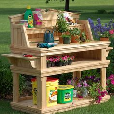 If you're tired of starting seeds on the kitchen counter, use these free, DIY potting bench plans to build your own outdoor potting station! Old Tables, Old Coffee Tables, Wooden Tables, Pallet Tables, Potting Bench Plans, Potting Tables, Potting Sheds, Outdoor Projects, Garden Projects