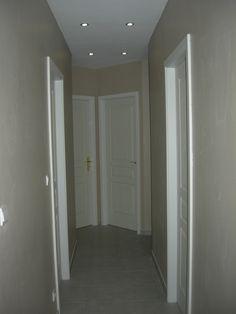 Vue couloir etage d 39 une bastide au bord de la mer rappel - Deco couloir long et sombre ...