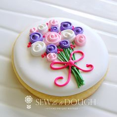 Flower bouquet for Mother's Day sugar cookies decorated with royal icing. Purple, pink, and white. Mother's Day Cookies, Fancy Cookies, Iced Cookies, Cute Cookies, Easter Cookies, Summer Cookies, Heart Cookies, Valentine Cookies, Birthday Cookies