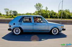 Another beauty in this color with a sunroof. My parents would let me poke out of the sunroof as they drove. Would be arrested these days. Vw Golf Mk4, Volkswagen Golf, Vw Mk1 Rabbit, Vw Group, Volkswagen Models, Golf 1, Car Goals, Golf Quotes, Cute Cars