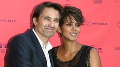 Halle Berry & Oliver Martinez wed in France July Black Celebrity News, Celebrity Kids, Celebrity Weddings, Famous Celebrity Couples, Famous Couples, Halie Berry, Short Hair Cuts, Short Hair Styles, Entertainment Tonight