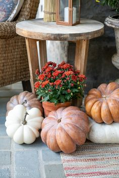 Front Porch Decorating For Fall Front Porch Decorating For Fall Vintage Farmhouse, Farmhouse Style, Farmhouse Design, Modern Farmhouse, Fall Home Decor, Autumn Home, Porch Decorating, Decorating Ideas, Decor Ideas