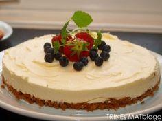 Ostekake med pasjonsfrukt og jordbærsaus - TRINEs MATBLOGG Dessert Recipes, Desserts, Sweet Tooth, Cheesecake, Food And Drink, Velvet, Deserts, Cheesecakes, Desert Recipes
