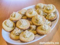 """""""Fru Aals kaker"""" er gammeldagse, norske julekaker som består av små, runde mørdeigsbunner som dekkes med en klatt deilig, hjemmelaget mandelmasse. Kakene er skikkelig lekre!!! Blueberry Scones, Vegan Blueberry, Muffin Recipes, Baking Recipes, Vegan Recipes, Canned Blueberries, Vegan Scones, Caesar Pasta Salads, Gluten Free Flour Mix"""