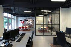 GewoonGers heeft een uniek project opgeleverd op het Tempo Team kantoor te Arnhem. Een wand voorzien van draaideuren met afwisselende vlakverdeling en een profiel dat over het plafond doorloopt om de ruimtes bij elkaar te betrekken. #GewoonGers #project #maatwerk #bouw #montage #opmaat #office #industrieel #design #inspiratie #stalendeur #steellook #aluminium