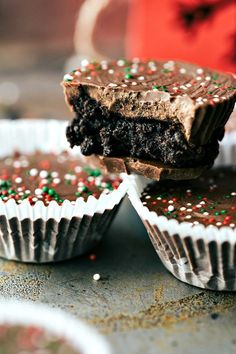 THIN MINT OREO CUPS: The BEST and easiest 3-ingredient Christmas treats -- perfect for giving to neighbors, bringing into work, taking to a party, or enjoying with your family! Homemade white chocolate peppermint hearts, pretzel hug/kiss bites, thin mint oreo cups, and easy turtles. via chelseasmessyapron.com