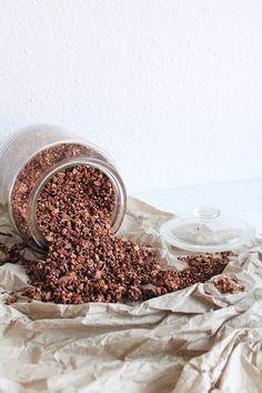 Selbstgemachtes Müsli schmeckt einfach besser. Vor allem kann man die Zutaten selber wählen. Dieses Schokoladen-Granola ist super lecker und gesünder.