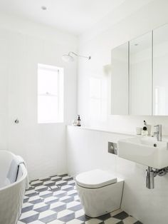piso estampado em banheiro branco