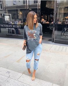 ripped jeans and a baggy Tee 💙 Cute Casual Outfits, Casual Chic, Stylish Outfits, Baggy Tee, Look Fashion, Fashion Outfits, 2000s Fashion, Fashion Belts, Fashion Women
