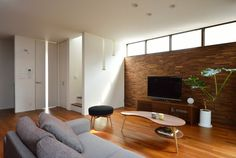 ウッドタイルのアクセント壁のあるリビング Old Things, Windows, Living Room, Interior, Table, House, Furniture, Home Decor, Houses