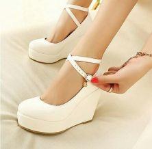 zapatos con taco chino y hebillas