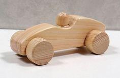 当店は、国産桧(ヒノキ)を使用して、すべて手作りしております木材の木目・色・つやを生かすために塗装はしていませんひとつひとつ丁寧に研きあげてあります手触りのよい仕上がりになっています。子供の好きな、木の車、 とても楽しい木のおもちゃです。 子供が、遊ぶのにちょうどいい大きさです。 対象年令1才〜材質 桧(ヒノキ) サイズ 長さ 約15cm 幅 「左右タイヤ」 約7cm 高さ約 5.5cm�%