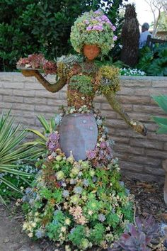 Saftige Kunst Just a spritz of water here and there and succulents take care of themselves. These artistic sculptures utilize wireframes and other methods to keep succulents in place. Succulent Topiary, created by Pat Hammer, Director of Operations, Unique Gardens, Amazing Gardens, Beautiful Gardens, Garden Crafts, Garden Projects, Diy Garden, Diy Projects, Cacti And Succulents, Planting Succulents