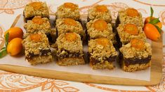 This is my favorite way to make Matrimonal or date squares. The orange give it a wonderful flavor. Orange date squares Yummy Snacks, Yummy Treats, Sweet Treats, Date Squares, Under 300 Calories, Best Sweets, Best Food Ever, Food Test, Orange