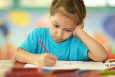 Si les interventions qui visent à faire prendre conscience aux élèves des propriétés phonologiques des mots sont nécessaires pour leur faire découvrir la correspondance graphème-phonème, il semble que l'attention accordée aux autres propriétés des mots (morphologiques, visuelles) soit négligée dans l'enseignement de l'orthographe.