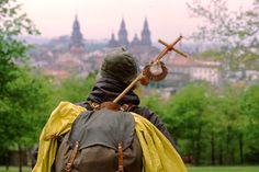 C?è un cammino lungo secoli che percorre tutta la Spagna: srade di campagna e autostrade di città si intrecciano e portano alla cattedrale di Santiago di Compostela