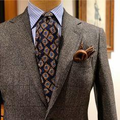 <BEAMS F>店内トルソーより、英国的な生地のスーツにはヴィンテージ感のあるプリントタイがオススメです。
