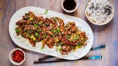 """Jak bezpečně poznám, že se jídlo opravdu povedlo? Fotografka akolegové mě prosí orecept ještě dřív, než vyjde unás vmagazínu! Aco teprve, když vědí, že jeho příprava zabrala jen pár minut... Dnešní """"číně"""" zpánve se sice říká mongolské hovězí, ale jedná se opopulární jídlo amerických čínských restaurací, anepotřebujete na něj nijak exotické suroviny. Flank Steak, Kung Pao Chicken, Risotto, Cooking Recipes, Beef, Ethnic Recipes, Food, Vietnam, Asia"""