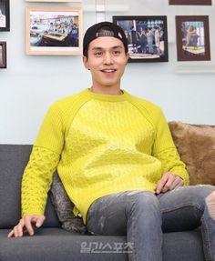 """Su imagen natural en el reality show """"roommate"""" y su caracteristica gorra de…"""