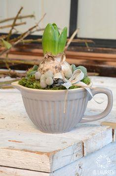 40 Brilliant Ways to Repurposing or Reusing Broken Dishes (Crockery) At Home Spring Flowering Bulbs, Spring Bulbs, Deco Floral, Arte Floral, Mug Crafts, Garden Bulbs, Easter Flowers, Bulb Flowers, Flower Decorations