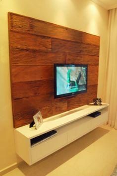 Projeto para painel de TV, na cor Branco TX. O detalhe que deixa muito sofisticado é o painel no qual foi utilizado uma madeira de demolição, envernizada ....lindo!