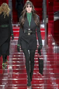 Versace Fall 2015 Ready-to-Wear Collection Photos - Vogue Love Fashion, Winter Fashion, Fashion Show, Fashion Looks, Fashion Design, Style Couture, Couture Fashion, Runway Fashion, Milan Fashion
