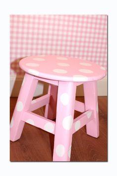 Roze krukje met witte stippen voor op de meisjeskamer