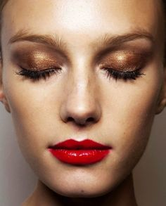 Easy shimmer eye shadow makeup tutorial at http://www.dropdeadgorgeousdaily.com/2015/06/bronze-smokey-eye-makeup-tutorial/