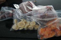 Banana, abacate, abacaxi, manga; em rodelas e congelar Uva: lavada e congelada sem sementes. Morango: lavada e inteira ou batida no liquid sem NADA e na forma de gelo. Mamão: em pedaços; congela separado e depois poe no saquinho...Depois de tudo congeladinho, guardo em saquinhos herméticos no congelador. O QUE FAZER: smoothies, caldas/geléias, sorvetes, sucos, bater com água de coco, comer as bolinhas congeladas, milk shakes cremosos, over night oats etc Diet Recipes, Healthy Recipes, Frozen Meals, Fruits And Veggies, Food Hacks, Love Food, Cooking Tips, Food And Drink, Favorite Recipes
