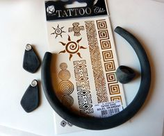 Free tutorial Polymer clay necklace temporary tattoo to discover b - Perles & Co Polymer Clay Kunst, Fimo Clay, Polymer Project, Polymer Clay Projects, Diy Tattoo, Jewelry Making Tutorials, Clay Tutorials, Polymer Clay Necklace, Porcelain Clay