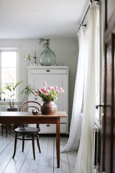 Swedish Cottage, Swedish Decor, Swedish Style, Swedish House, Scandinavian Style, Cottage Chic, Swedish Interiors, World Of Interiors, Cottage Interiors