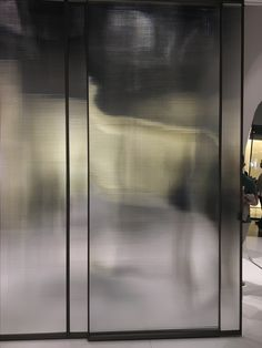 Functioneel, maar het zou de ruimte wel flink afsluiten en kleiner maken. Glass Design, Door Design, Wall Design, Architecture Restaurant, Interior Architecture, Hotel Alger, Reeded Glass, Door Detail, Glass Partition