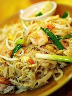 Un Pad Thai, plat traditionnel thaïlandais à base de nouilles sautées.