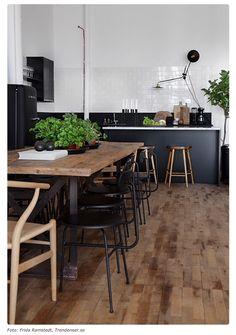 Noir bois brut et verdure
